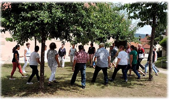 Bewegungsübungen mit Referentin Karin Kampe im Garten