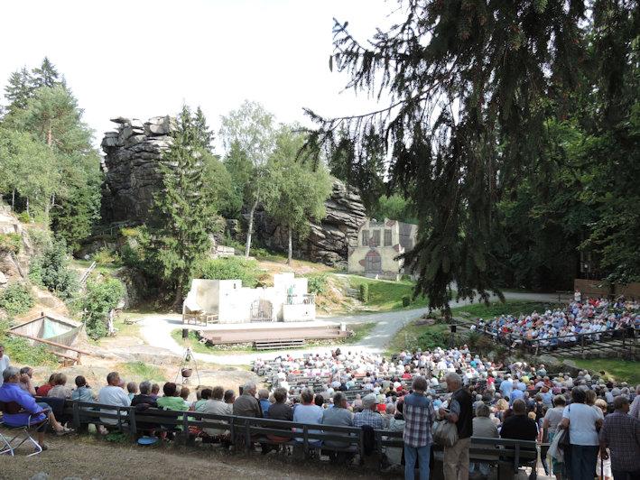 Die berühmte Felsenbühne mit Kulissen für den Zigeunerbaron