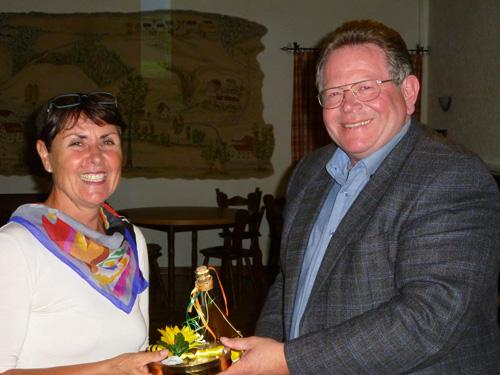 In Emtmannsberg bedankte sich Bürgermeister Thomas Kreil bei Referentin Sabine Brückner-Zahneisen